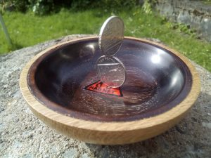 A magnetic bowl to sort your low value magnetic coins and your gold sovereigns.